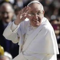 Papa Francesco lava i piedi a dodici giovani di confessioni diverse